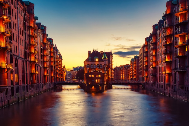Het pakhuisdistrict speicherstadt tijdens schemeringzonsondergang in hamburg, duitsland.