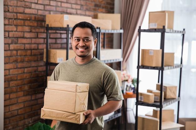 Het pakketwerk van de de koeriersholding van de mens bij het verschepen van pakketzaken