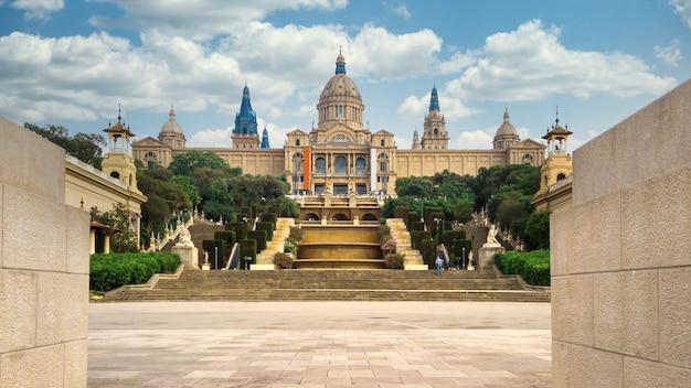 Het palau national in de tuinen van barcelona, spanje en de mensen ervoor. bewolkte lucht