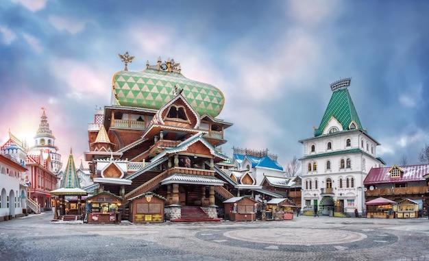 Het paleis van de russische maaltijd en de russische compound - herenhuizen in het izmailovsky kremlin in moskou op een bewolkte winteravond