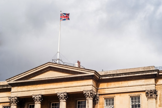 Het paleis van londen met vlag
