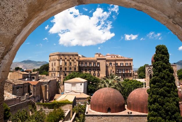 Het paleis van norman en de koepels van san giovanni eremiti in palermo