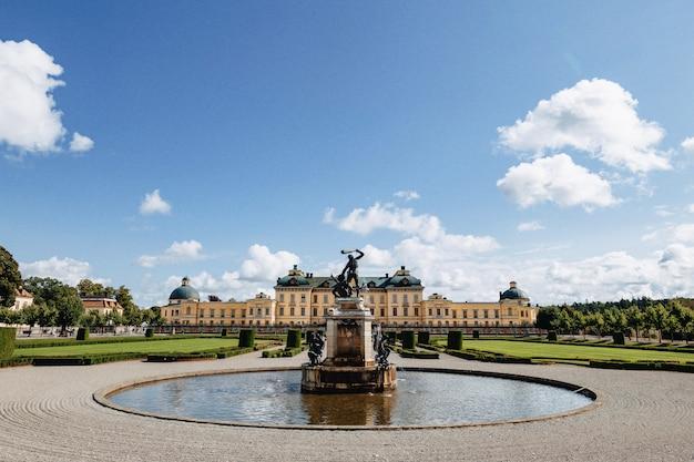 Het paleis van stockholm of royal palace, mening van de fontein bij park, zweden