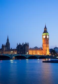 Het paleis van westminster big ben bij nacht londen engeland het uk