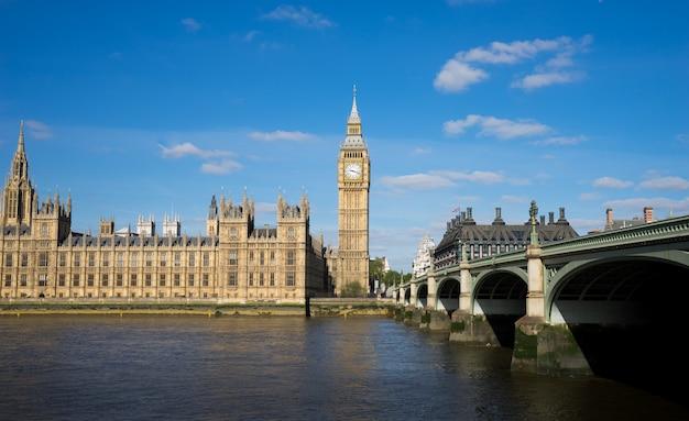 Het paleis van westminster big ben op zonnige dag, londen, engeland, het uk