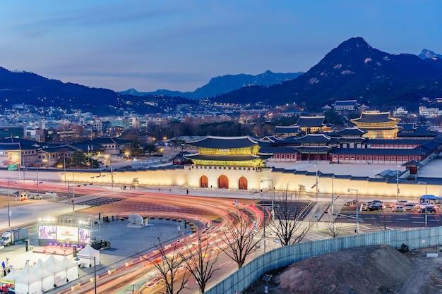 Het paleismiddenschijn van gyeongbokgung bij nacht in seoel, zuid-korea