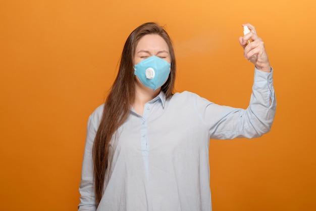Het pandemische close-upportret van het coronavirus van jonge vrouw bij het gele spreken op telefoon paniek desinfecteert gezicht