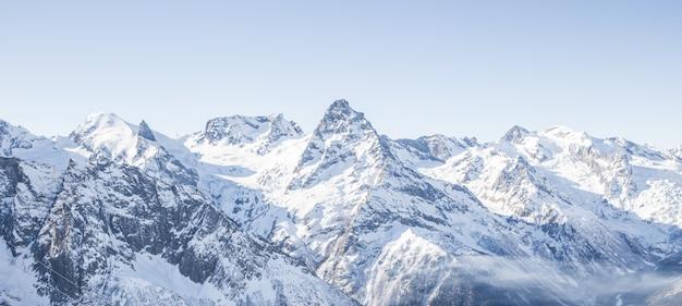 Het panorama van de berggletsjer met blauwe hemel en sneeuw