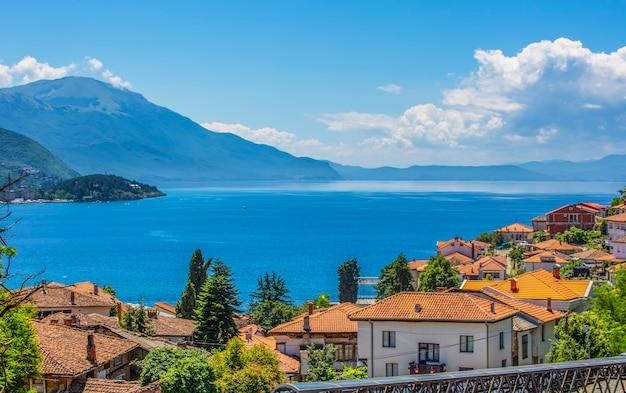 Het panorama van het meer van ohrid en de oude stad macedonië, balkan