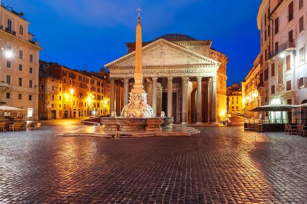 Het pantheon, voormalige romeinse tempel van alle goden, nu een kerk, en fontein met obelisk op piazza della rotonda, 's nachts, rome, italië