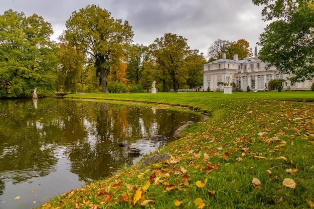 Het park van de koninklijke residentie oranienbaum pond voor het chinese paleis
