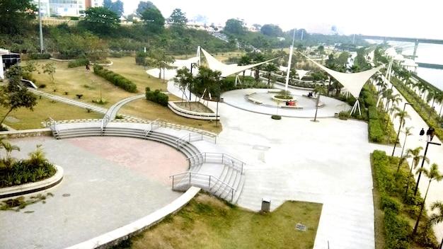 Het park van de voorgevel van de rivier van gomti in lucknow india.