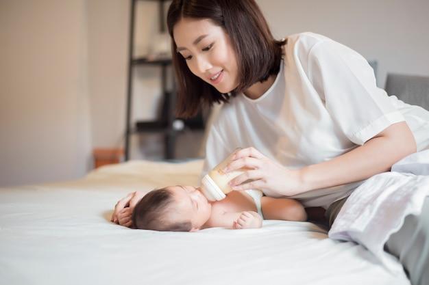 Het pasgeboren babymeisje is consumptiemelk door haar moeder