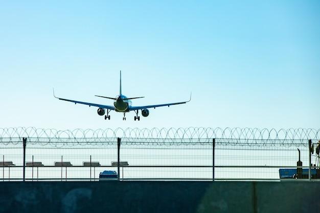 Het passagiersvliegtuig dat in de blauwe hemel vliegt gaat bij de start