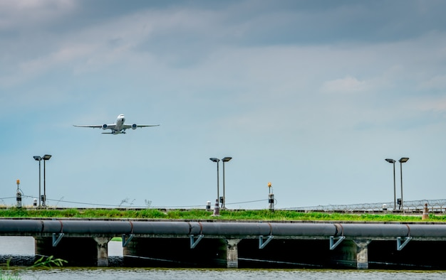 Het passagiersvliegtuig stijgt op luchthaven met mooie blauwe hemel en wolken op. vlucht verlaten.