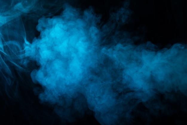 Het patroon van blauwe rook op zwarte achtergrond
