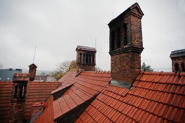 Het patroon van de daktegel met baksteenschoorsteen bij oud hotic herenhuis