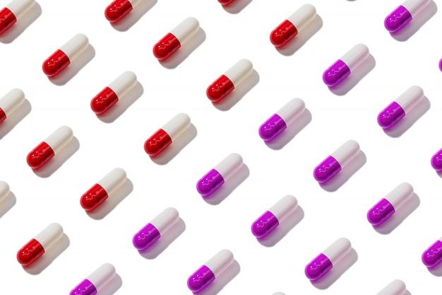 Het patroon van de pillencapsule op witte achtergrond wordt geïsoleerd die
