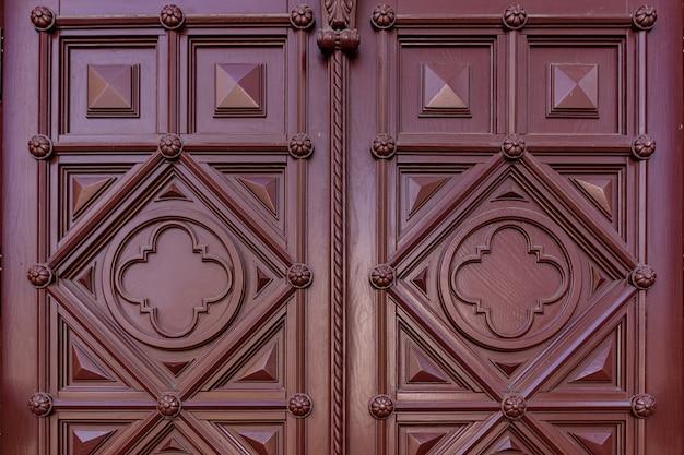 Het patroon van donker bordeauxrood hout. textuur van oud gedroogd triplex. mahonie achtergrond voor ontwerp.