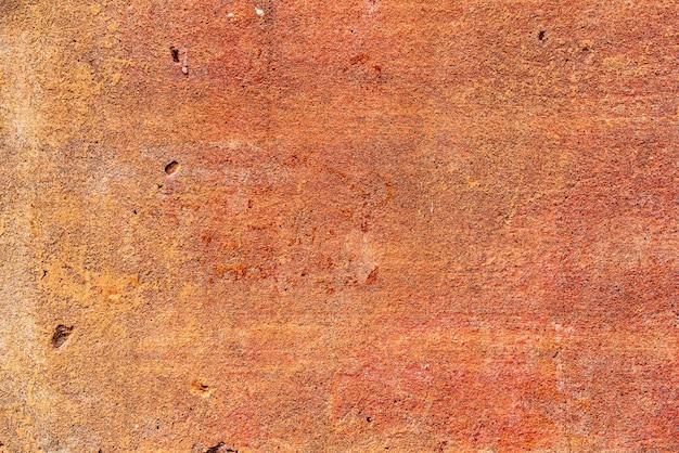 Het patroon van een betonnen muur met scheuren en krassen die kunnen worden gebruikt als achtergrond