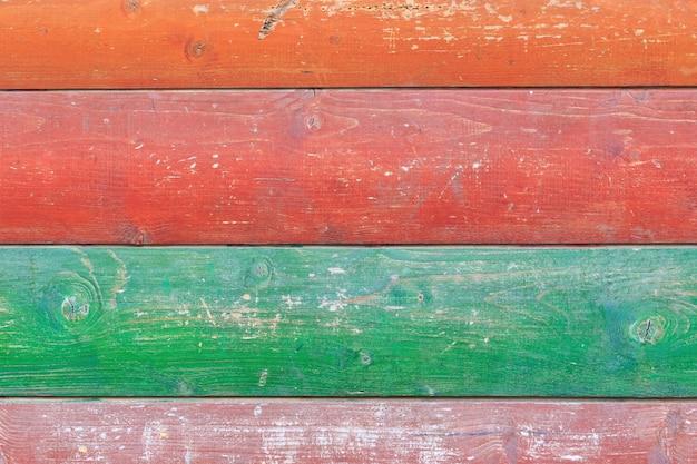 Het patroon van geschilderd in verschillende kleuren houten planken