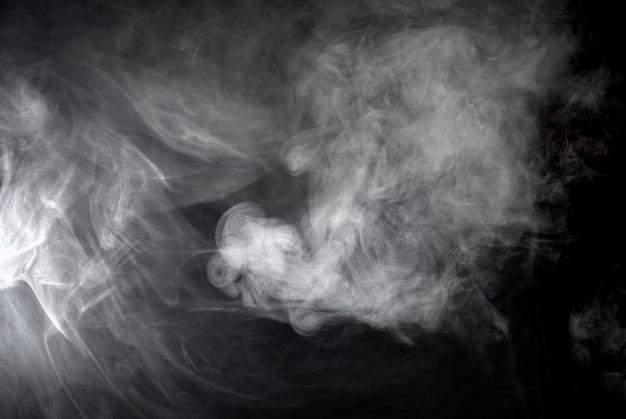 Het patroon van grijze rook op zwarte achtergrond
