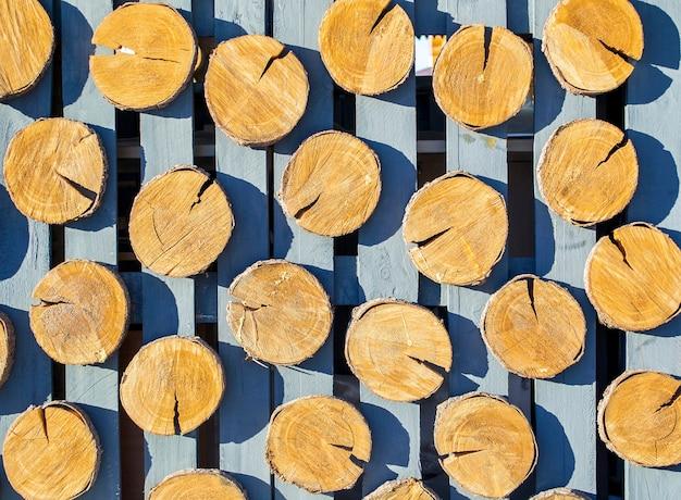 Het patroon van hout logt achtergrond in het hek