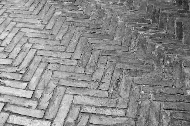 Het patroon van natte straten bekleed met stenen bakstenen