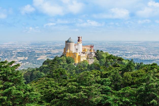 Het pena national palace is een romantisch paleis in sao pedro de penaferrim, sintra, portugal