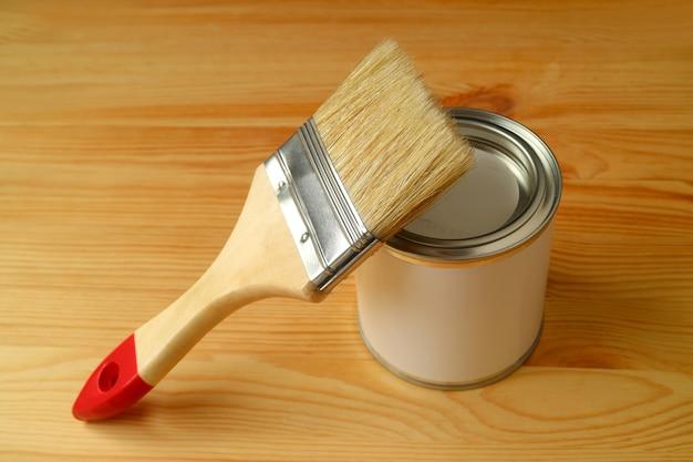 Het penseel op een verf kan geïsoleerd op houten achtergrond