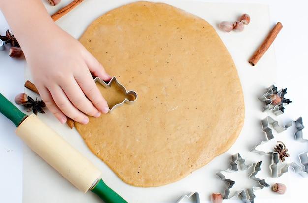 Het peperkoekkoekdeeg snijden voor kerstmis en nieuwjaar
