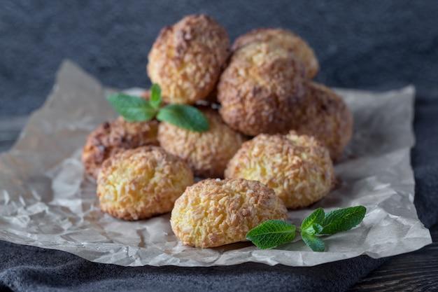 Het perkament met smakelijke kokosnotenkoekjes op woden lijst