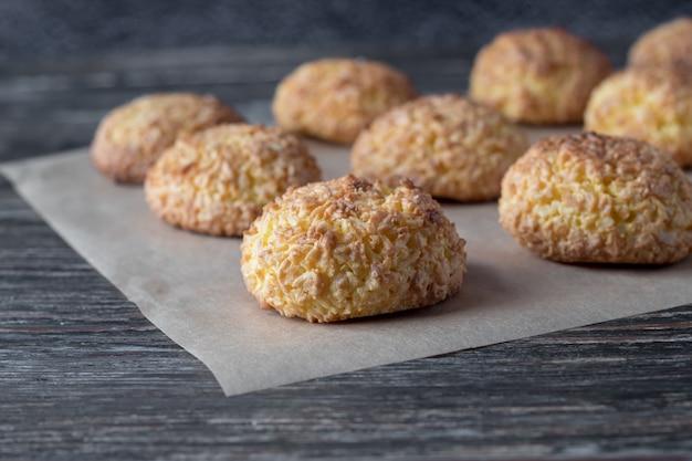 Het perkament met smakelijke kokosnotenkoekjes woden lijst, close-up