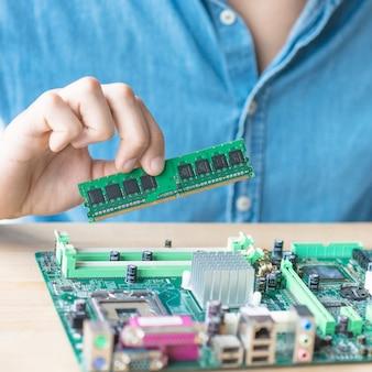 Het persoon die hardware-apparatuur repareert