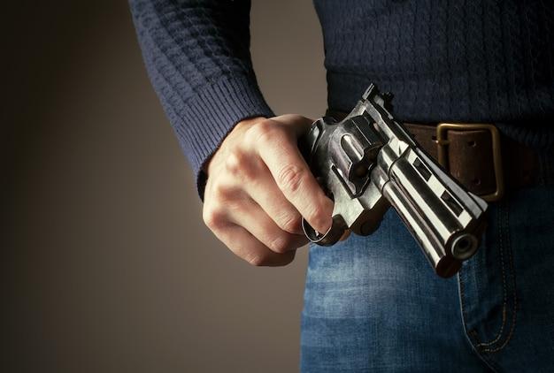 Het pistool in handen.