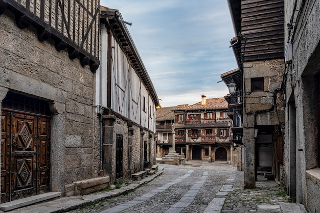 Het pittoreske dorpje la alberca in salamanca, spanje.