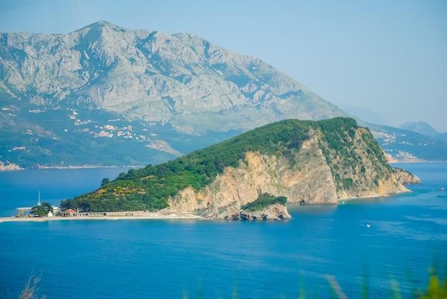 Het pittoreske eiland in de blauwe zee