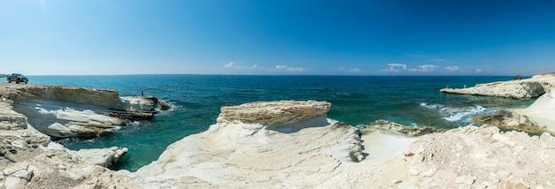 Het pittoreske strand van witte stenen ligt aan de middellandse zeekust op het eiland cyprus.