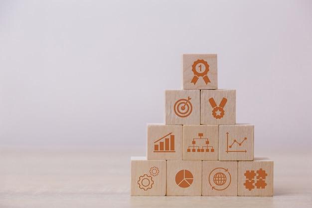 Het plaatsen van houten blokken op het concept van permit service voor het succes van de planning van bedrijfsstrategieën