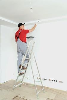 Het plafond en de muren schilderen.