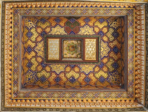 Het plafond in de vorm van een koepel in een traditionele oude aziatische mozaïekarchitectuur van azië