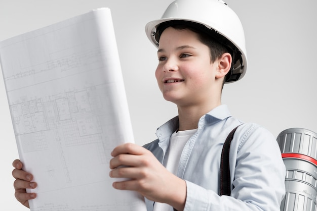 Het plan van de de lezingsbouw van de close-up jonge jongen