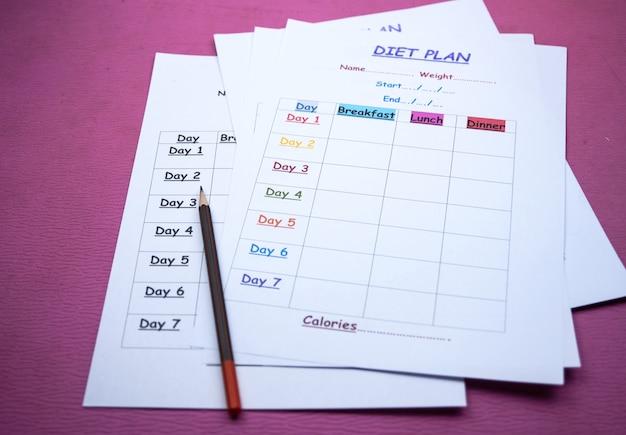 Het plan van het dieetprogramma en potlood op achtergrond