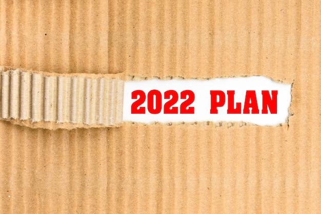 Het plan voor 2022 ontdekt, een woord geschreven op de omslag gescheurd uit een koerierskarton