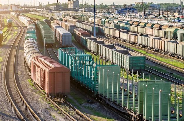 Het platform van de ladingstrein bij zonsondergang met container.