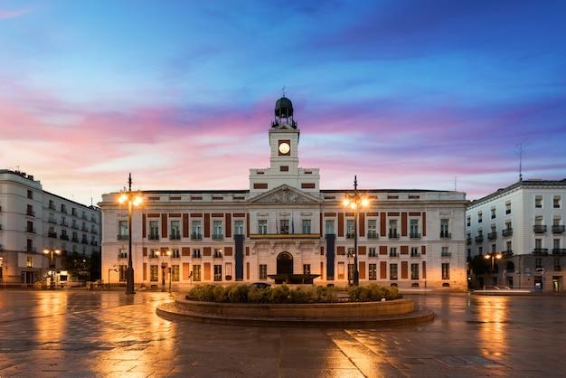 Het plein puerta del sol is de belangrijkste openbare ruimte in madrid.