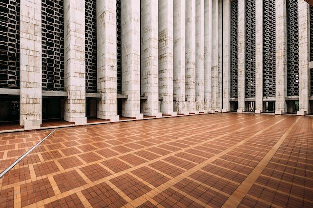Het plein van de istiqlal-moskee heet keramik merah, betekent rode keramische tegels.