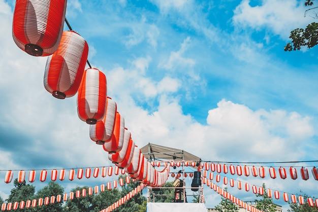 Het podium van de yagura met een grote japanse taiko-trommel odaiko.