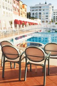 Het populaire resort amara dolce vita luxury hotel. met zwembaden en waterparken en recreatiegebied langs de zeekust in turkije. tekirova-kemer.