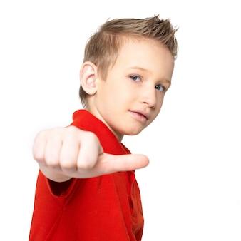 Het portret dat van jongen duimen toont ondertekent omhoog geïsoleerd op witte achtergrond